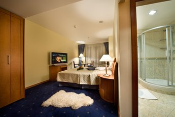 Hotel Ramada Prague City Centre**** - Executive Suite - Schlafzimmer und Badezimmer